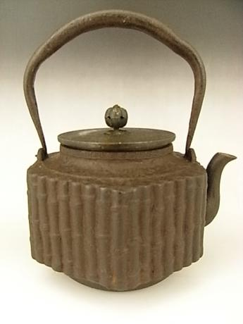 JAPANESE EARLY 20TH CENTURY IRON POT<br><font color=red><b>SOLD</b></font>