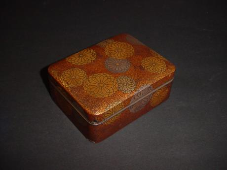 EDO PERIOD LACQUER CHRYSANTHEMUM DESIGN BOX<br><font color=red><b>SOLD</b></font>
