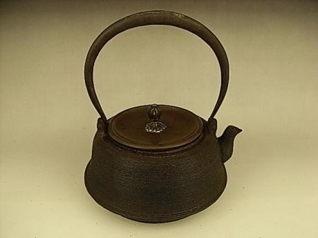 JAPANESE EARLY 20TH CENTURY IRON KETTLE WITH SILVER INLAYS