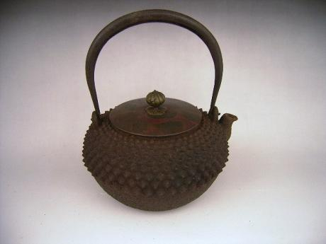 JAPANESE EARLY 20TH CENTURY IRON KETTLE WITH PINE CONE DESIGN