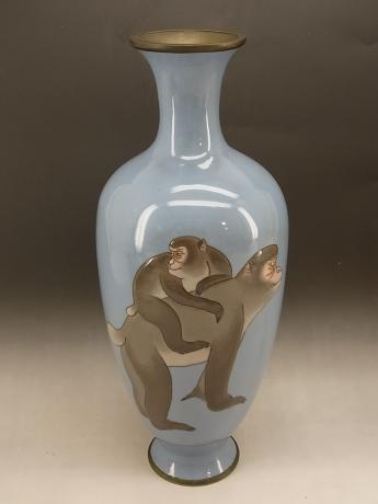 JAPANESE EARLY 20TH CENTURY ANDO MORIAGE MONKEY DESIGN CLOISONNE VASE