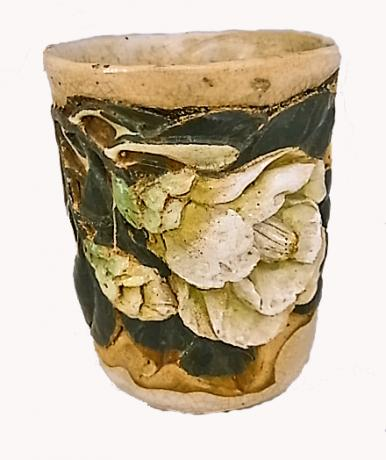 JAPANESE E. TO MID 20TH C. CERAMIC TEA CUP WITH CARVED CAMELLIA DESIGN BY SUIGETSU