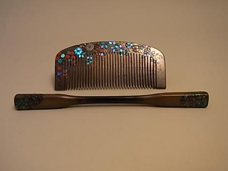 JAPANESE EARLY SHOWA PERIOD COMB AND BOBKIN SET WITH FLOWER AND WATER DESIGN<br><font color=red><b>SOLD</b></font>