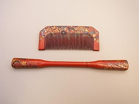 JAPANESE EARLY SHOWA PERIOD RED LACQUER COMB WITH SHELL INLAYS IN FLORAL DESIGN<br><font color=red><b>SOLD</b></font>