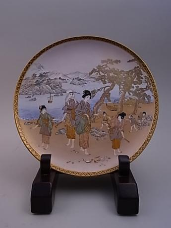 JAPANESE EARLY 20TH CENTURY SATSUMA PLATE BY SHOZAN<br><font color=red><b>SOLD</b></font>
