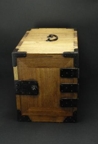 JAPANESE EARLY 20TH CENTURY PORTABLE KIRI SMALL TANSU WITH KEYS