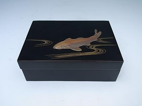 JAPANESE 20TH CENTURY LACQUER BOX WITH KOI DESIGN BY ZOHIKO