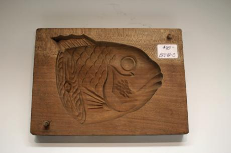 JAPANESE 20TH C. FISH DESIGN WOOD RICE CAKE MOLD