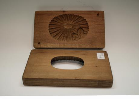 JAPANESE 20TH CENTURY WOODEN MOLD FOR SWEET RICE-FLOUR CAKES