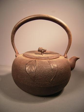 JAPANESE EARLY 20TH CENTURY PERSIMMON DESIGNED IRON POT