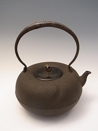 20TH CENTURY IRON POT SIGNED WITH TOMOBAKO <br><font color=red><b>SOLD</b></font>