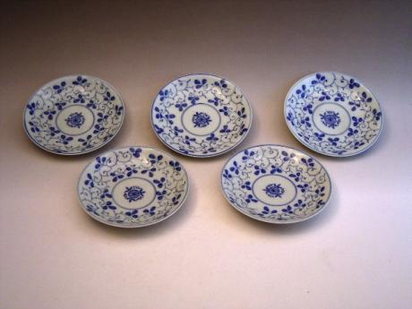 JAPANESE LATE 19TH CENTURY SET OF 5 BLUE AND WHITE SMALL DISHES