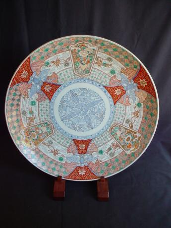 LARGE EARLY 19TH CENTURY IMARI CHARGER