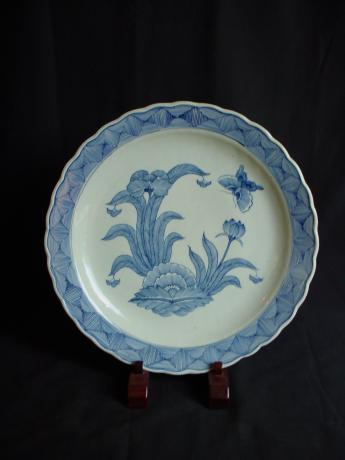 19TH CENTURY  BLUE AND WHITE FLOWER AND BUTTERFLY DESIGN CHARGER