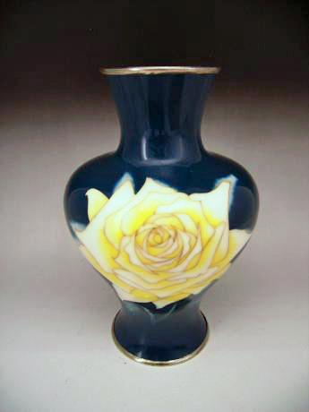 JAPANESE EARLY 20TH CENTURY ROSE DESIGN CLOISONNE VASE BY TAMURA